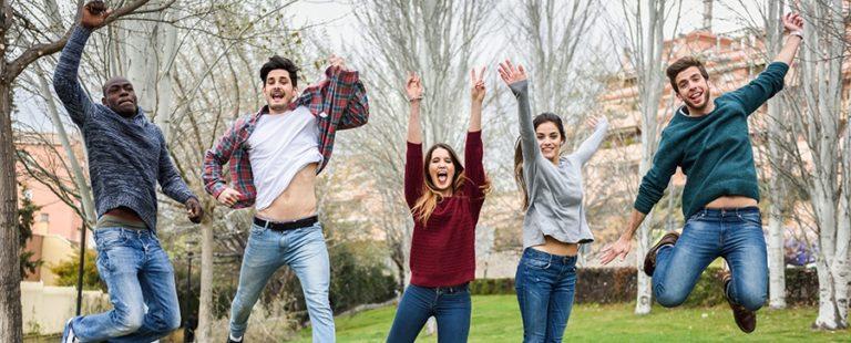 Boldog emberek ugrálnak
